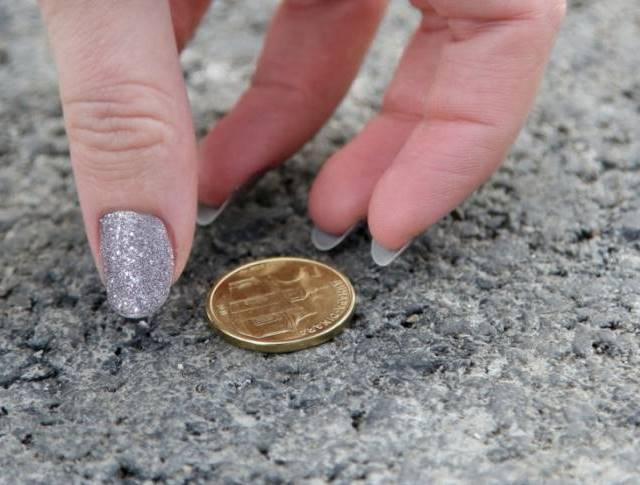 Доченька, не смогла бы ты поднять монетку, а то мне уже не под силу 1